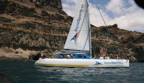 catamaran-gran-canaria-visiting-caves